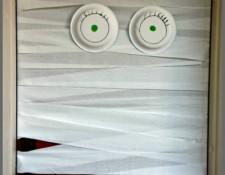 DIY Mummy Door Decor from TotallyTheBomb.com